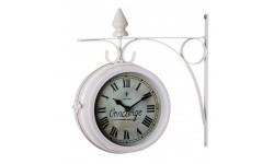 Reloj para colgar de metal blanco.