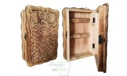 Caja portallaves de madera decorada.